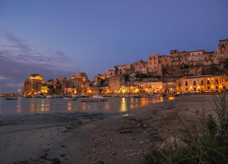 Cena da noite em um porto em Sicília fotografia de stock royalty free