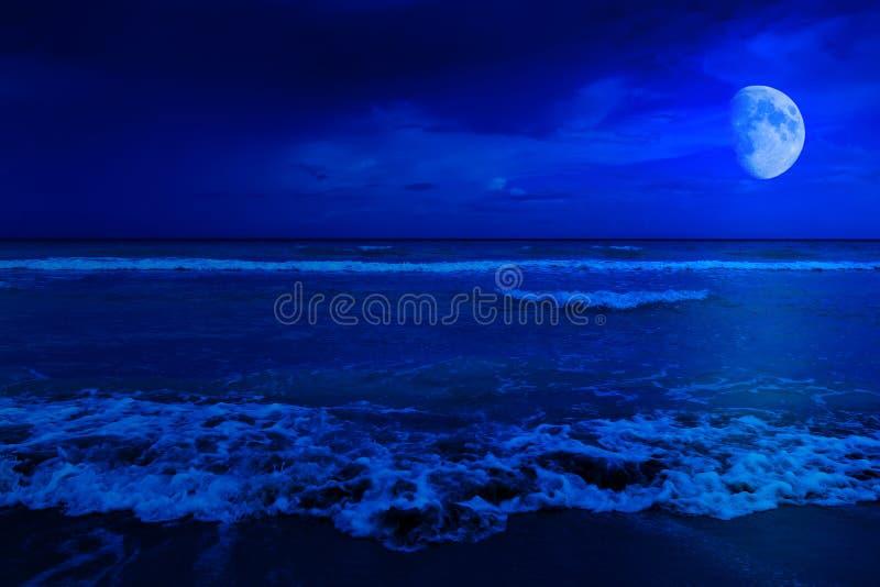Cena da noite em uma praia abandonada fotos de stock