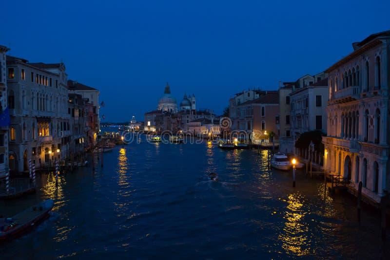 Cena da noite em Veneza com reflexões de luzes na água de Grand Canal fotos de stock