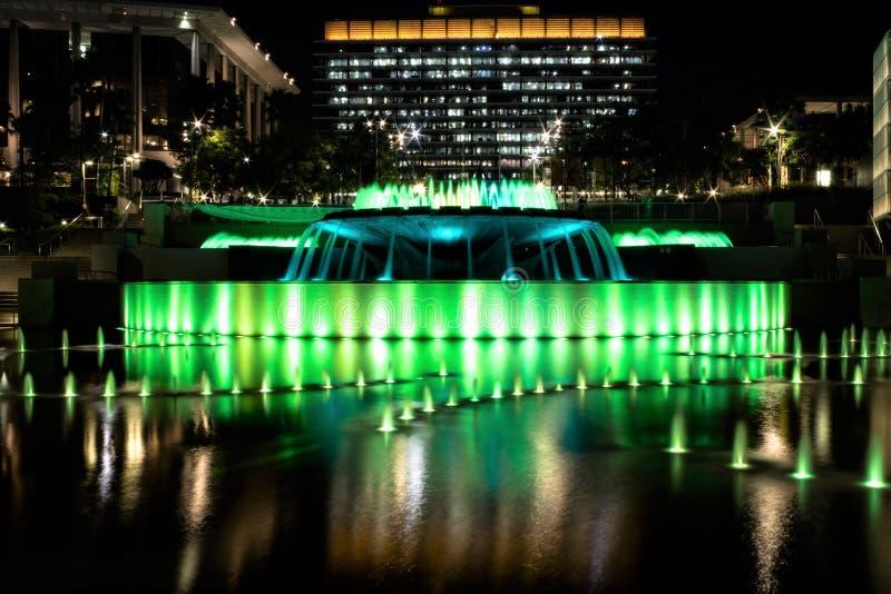 Cena da noite da fonte de água de néon no parque grande, Los Angeles, Califórnia fotos de stock