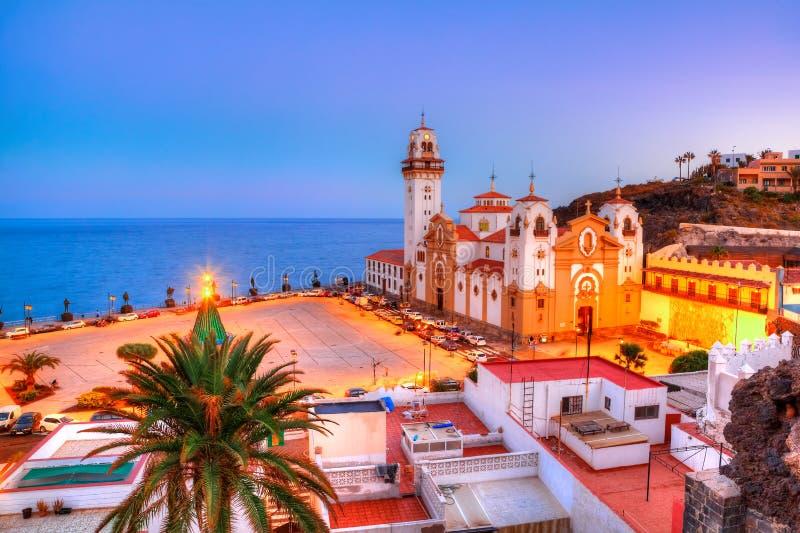 Cena da noite no centro da cidade de Candelaria, Tenerife - Espanha fotografia de stock royalty free