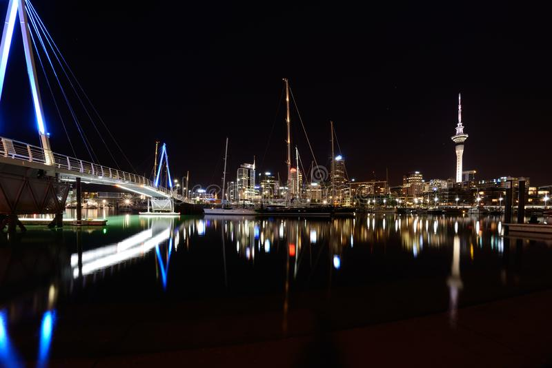 Cena da noite no warf em Auckland, Nova Zelândia foto de stock