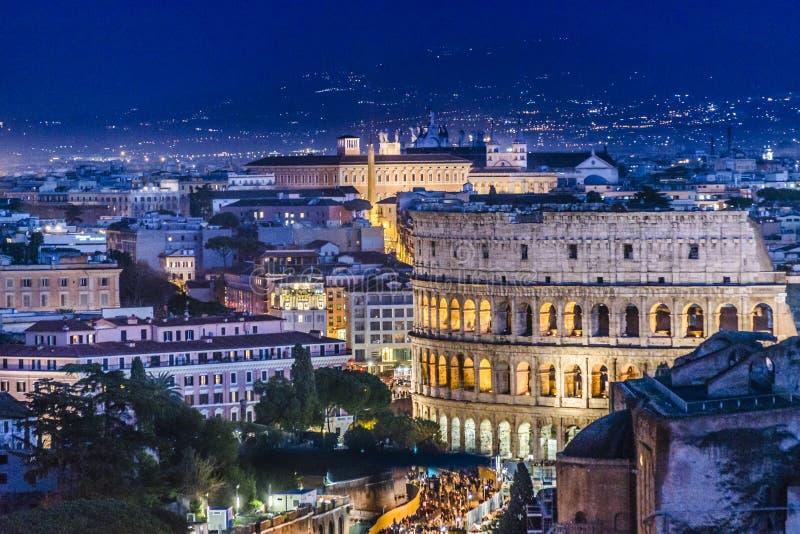 Cena da noite da opinião aérea do coliseu, Roma imagens de stock