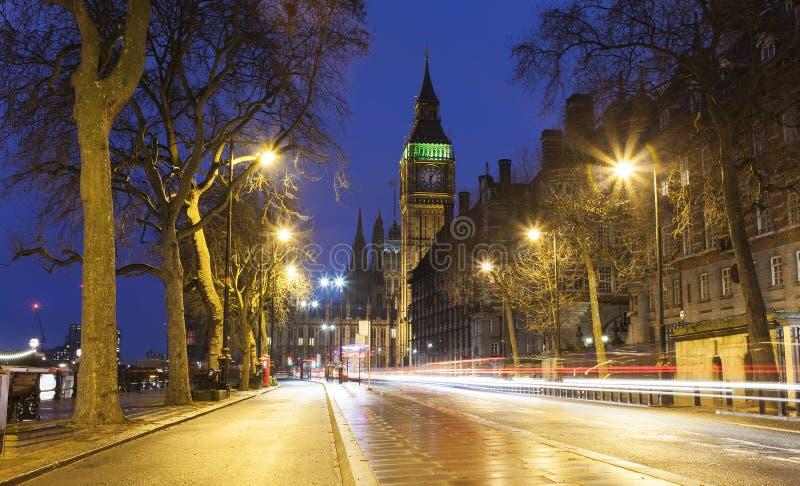 Cena da noite rua da cidade de Big Ben e de Londres com as fugas do carro de luz foto de stock