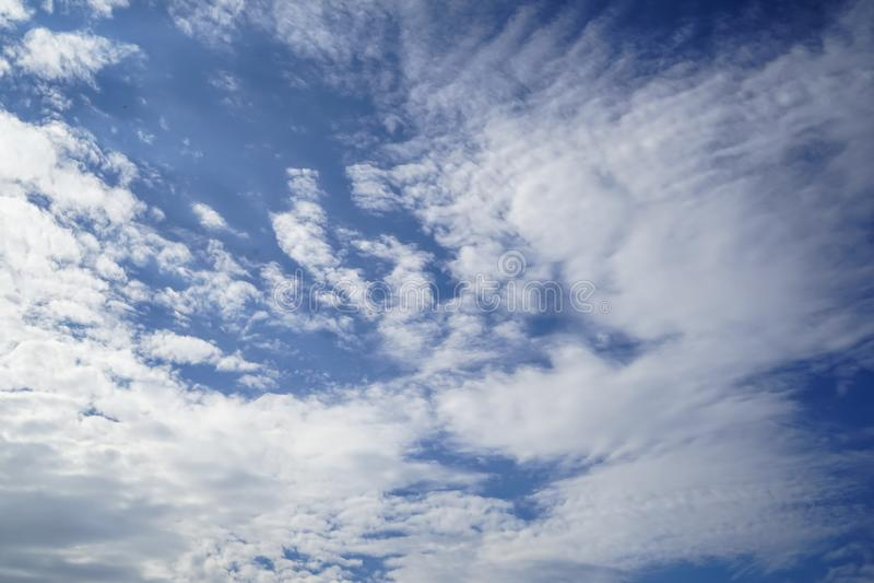 Cena da nuvem branca de forma livre poderosa conforme a imaginação no fundo brilhante do céu azul fotografia de stock