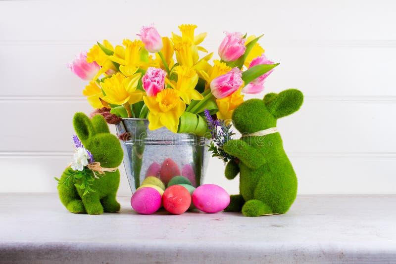 Cena da Páscoa com ovos coloridos imagem de stock royalty free