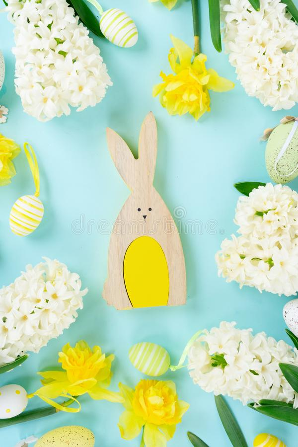 Cena da Páscoa com ovos coloridos fotografia de stock