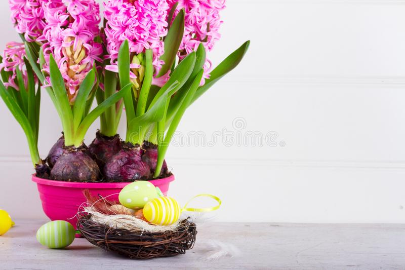 Cena da Páscoa com ovos coloridos foto de stock royalty free