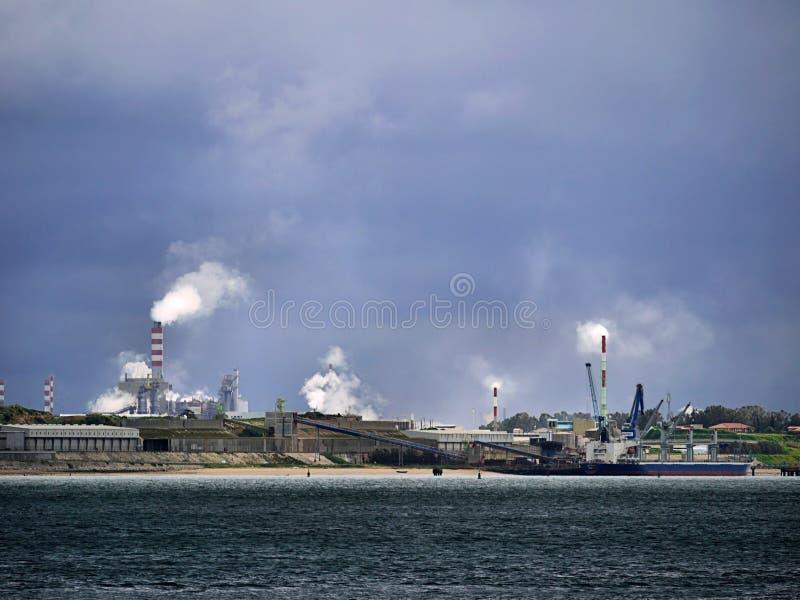 Cena da poluição do ar da zona industrial fotos de stock royalty free