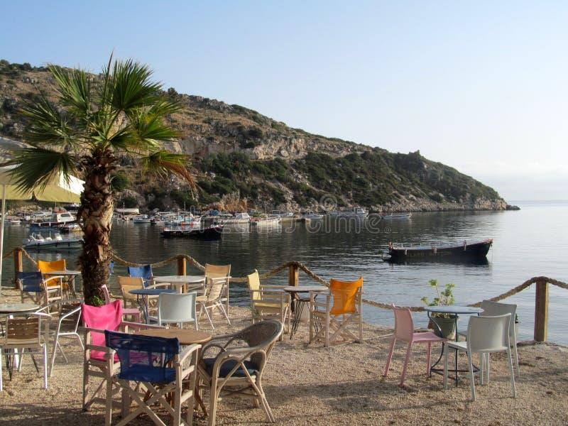 Cena da praia de Zakynthos Cadeiras e tabelas foto de stock royalty free