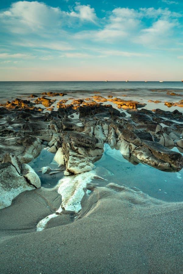 Cena da praia no amanhecer mesmo fotos de stock royalty free