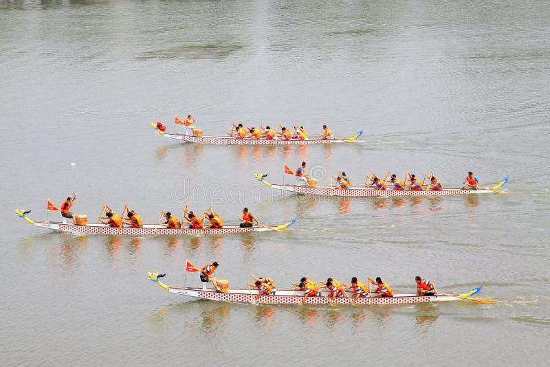 Cena da raça de barco do dragão em Dragon Boat Festiv tradicional chinês imagens de stock