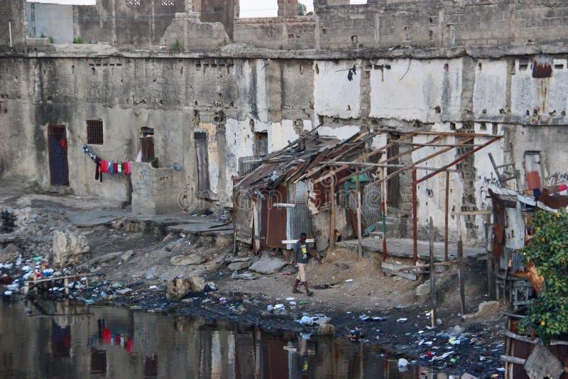 Cena da rua com cabeceira do alojamento a água no tampão Haitien, Haiti fotografia de stock