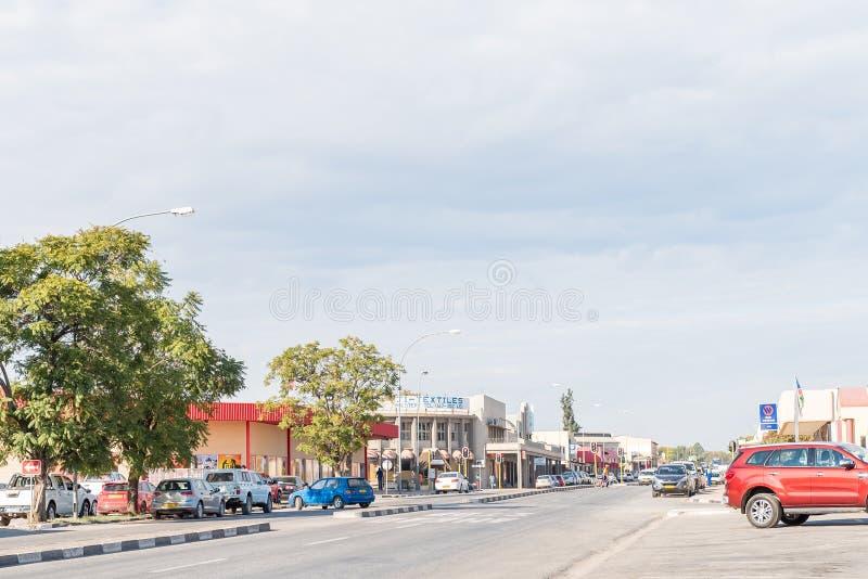 Cena da rua com diversos negócios e veículos em Otjiwarongo fotografia de stock royalty free