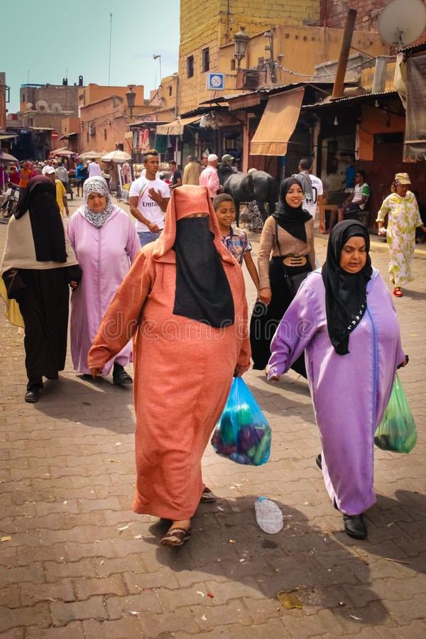 Cena da rua Compra das mulheres marrakesh marrocos fotografia de stock royalty free