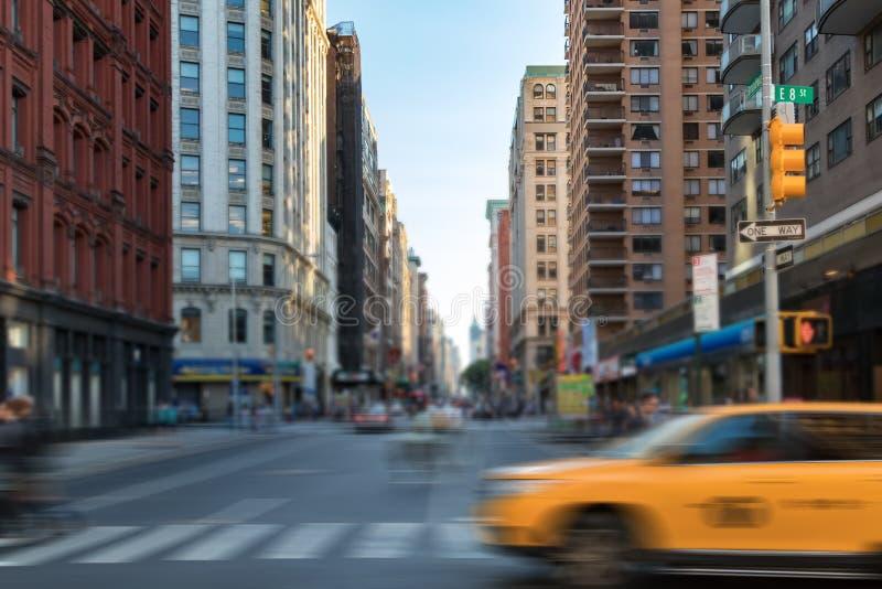 Cena da rua de New York City com o táxi e os povos de táxi amarelo que cruzam Broadway em Manhattan, New York City fotografia de stock