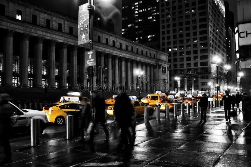 Cena da rua de New York City com o táxi/táxi amarelos famosos imagem de stock