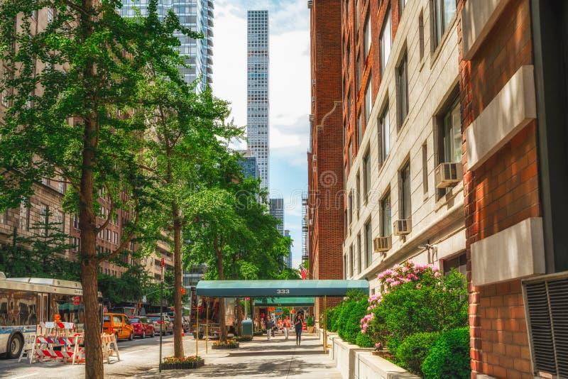 Cena da rua de New York e prédios de apartamentos do Midtown Manhattan em Sunny Daylight imagem de stock royalty free