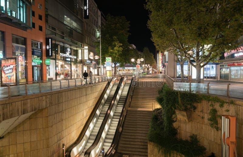 Cena da rua e da construção da noite de Estugarda, entrada e escalato foto de stock