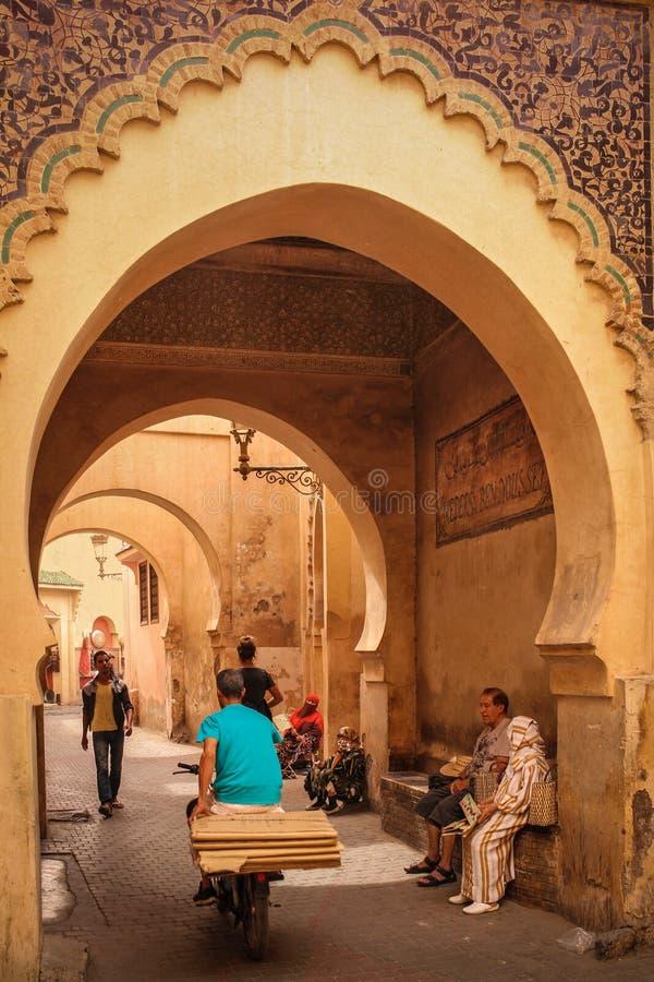 Cena da rua em Ben Youssef marrakesh marrocos fotografia de stock