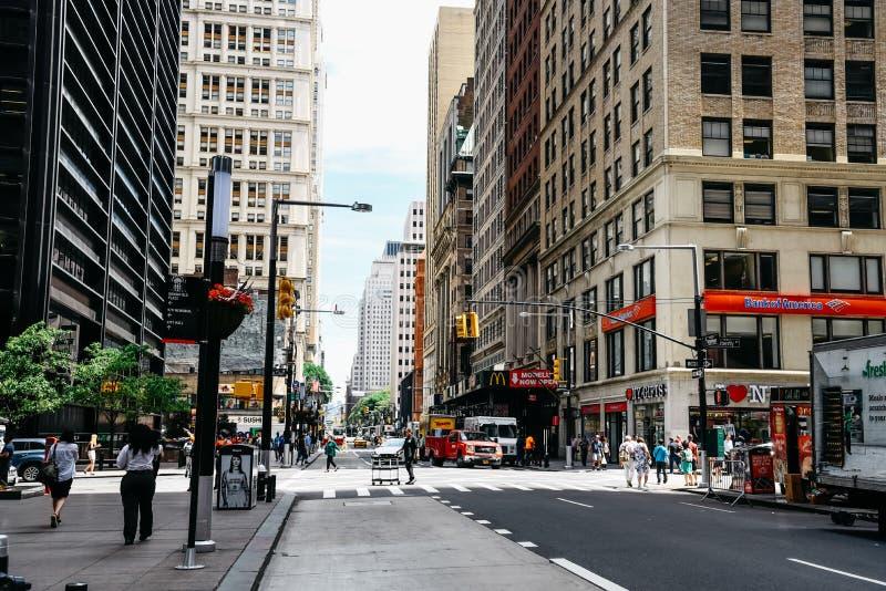 Cena da rua em Broadway com Liberty Street em Distri financeiro fotografia de stock royalty free