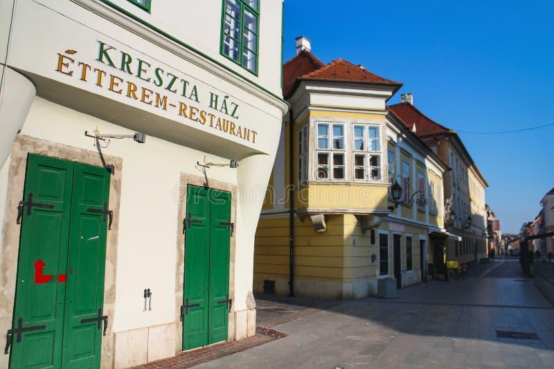 Cena da rua em Györ, Hungria fotos de stock