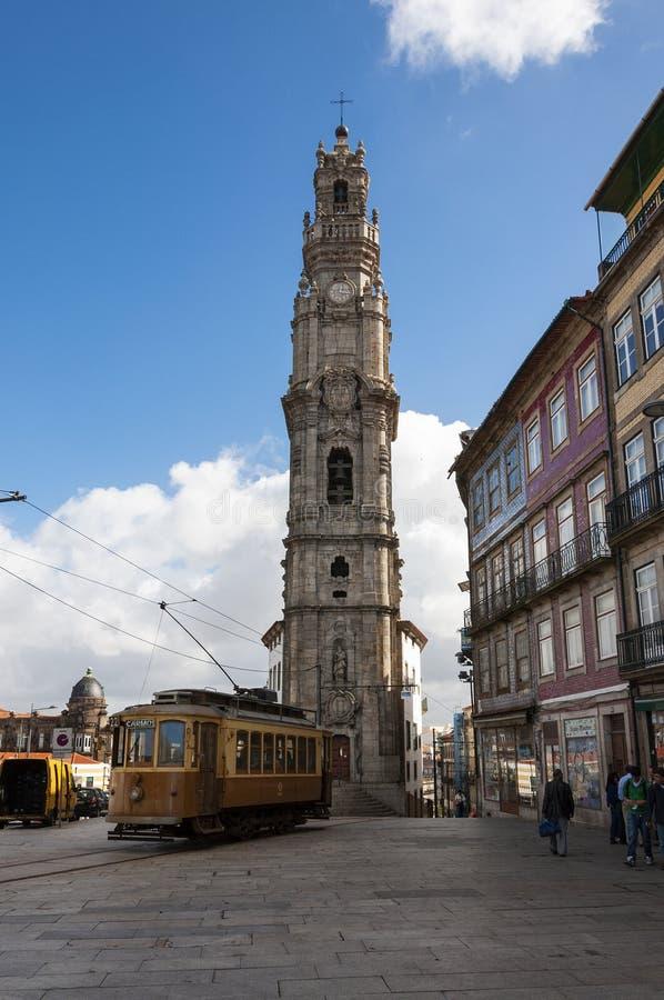 Cena da rua na cidade de Porto com um bonde velho na frente da torre de Clerigos, em Portugal imagens de stock