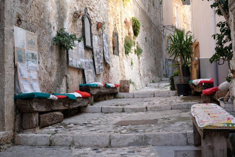 Cena da rua na cidade pitoresca de Puglian de Peschici na península de Gargano, Itália do sul fotografia de stock