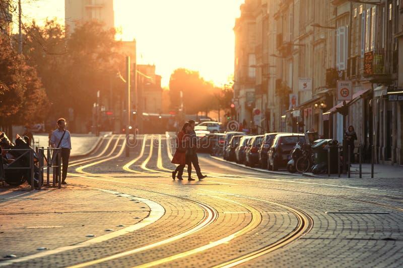 Cena da rua no Bordéus durante o por do sol, foto de stock