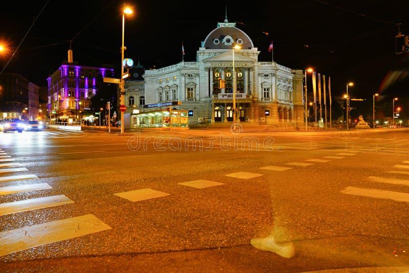 Cena da rua da noite com teatro famoso através da interseção fotos de stock royalty free
