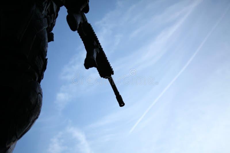 A cena da silhueta do rifle da cena do soldado imagem de stock