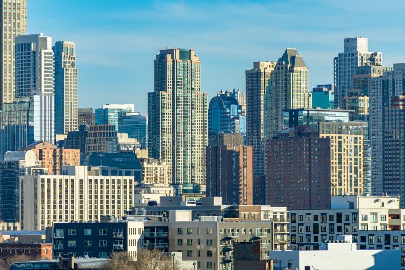Cena da skyline de Chicago com construções no norte do rio imagens de stock royalty free