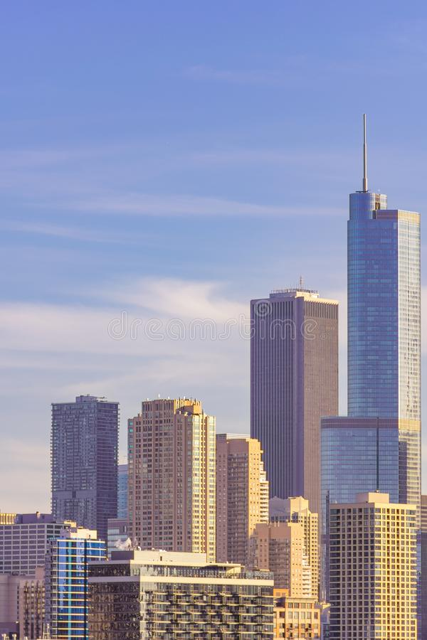 Cena da skyline de Chicago com os arranha-céus modernos altos fotos de stock royalty free
