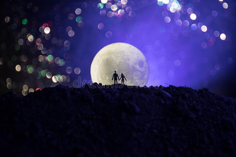 Cena de amor surpreendente Silhuetas dos pares românticos novos que estão sob a luz de lua ilustração stock
