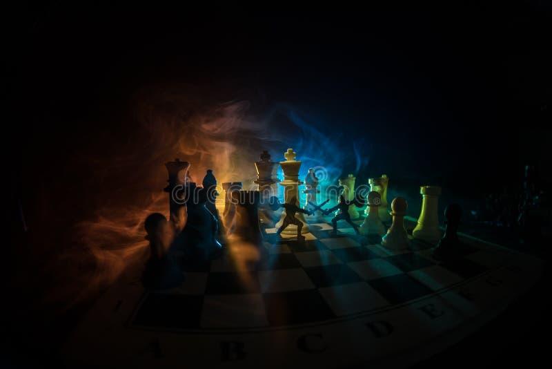 Cena de batalha medieval com cavalaria e infantaria no tabuleiro de xadrez Conceito do jogo de mesa da xadrez de ideias do negóci fotos de stock royalty free