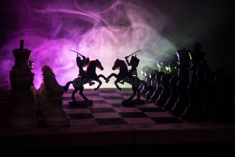 Cena de batalha medieval com cavalaria e infantaria no tabuleiro de xadrez Conceito do jogo de mesa da xadrez de ideias do negóci foto de stock royalty free