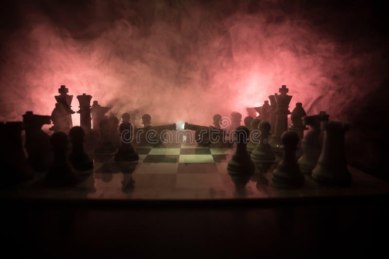 Cena de batalha medieval com cavalaria e infantaria no tabuleiro de xadrez Conceito do jogo de mesa da xadrez de ideias do negóci fotografia de stock