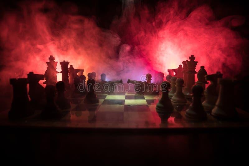 Cena de batalha medieval com cavalaria e infantaria no tabuleiro de xadrez Conceito do jogo de mesa da xadrez de ideias do negóci imagem de stock