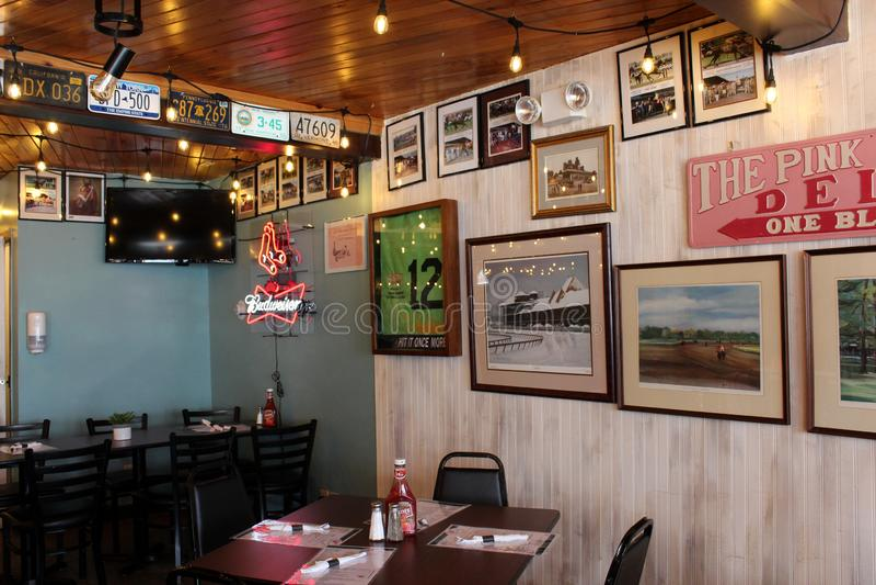 Cena de boas-vindas na área de jantar de comidas populares, restaurante de Eddie F, Saratoga Springs, Nova Iorque, 2019 fotografia de stock