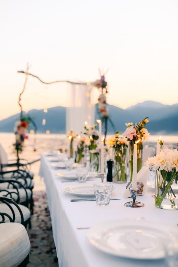 Cena de boda por el mar Casarse banquete en el mar Donja Las imágenes de archivo libres de regalías