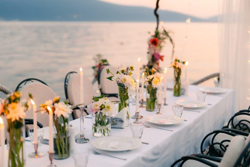 Cena de boda por el mar Casarse banquete en el mar Donja Las imagen de archivo