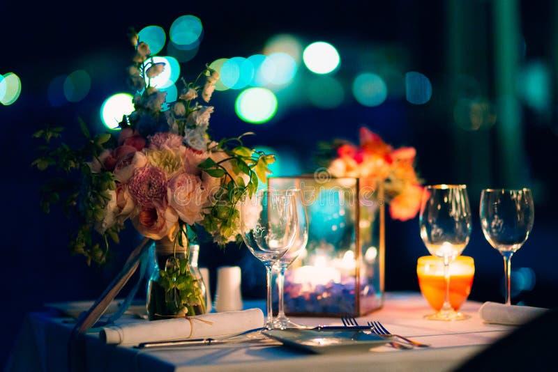 Cena de boda por luz de una vela Decoraciones de la boda foto de archivo