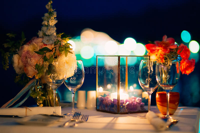 Cena de boda por luz de una vela Decoraciones de la boda imágenes de archivo libres de regalías