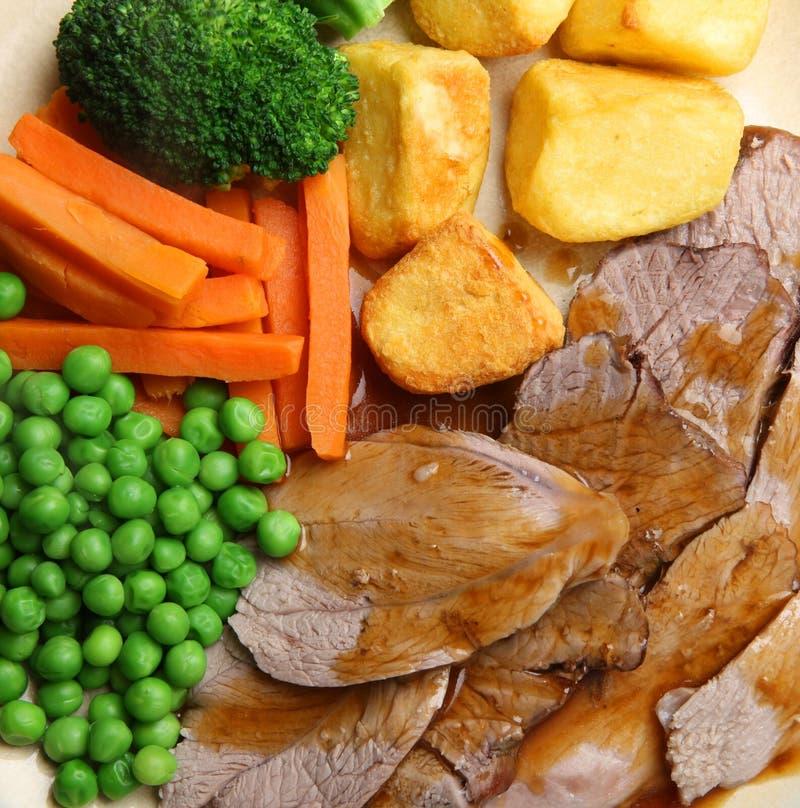 Cena de domingo del cordero de carne asada foto de archivo