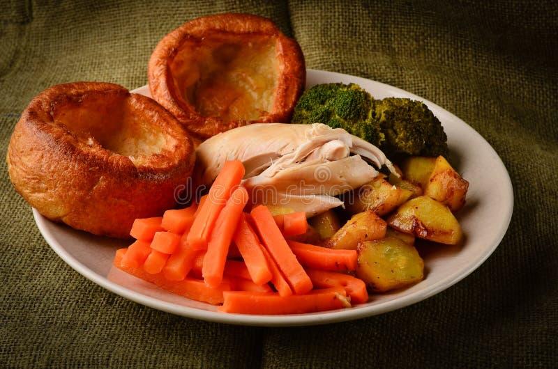 Cena de domingo del pollo con los pudines de Yorkshire imagenes de archivo