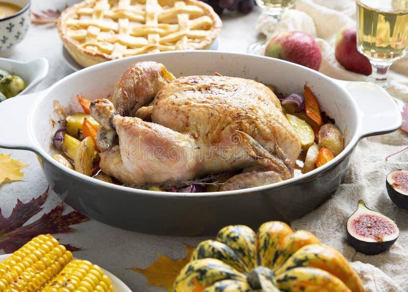 Cena de la acci?n de gracias con el pollo, la empanada de manzana, las coles de Bruselas de la sopa de la calabaza y las frutas foto de archivo