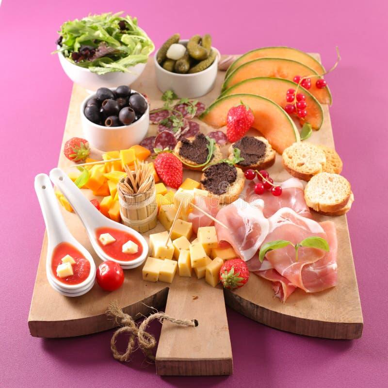 Cena de la entrada con canape, comida para comer con los dedos, queso imagenes de archivo