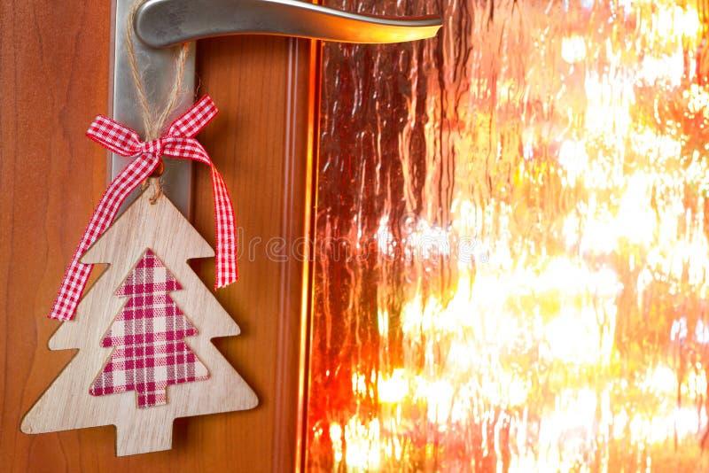 Cena de la Nochebuena en fondo del extracto de la noche con el ornamento del árbol en la puerta imagen de archivo libre de regalías