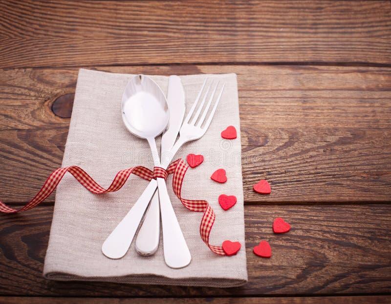 Cena de las tarjetas del día de San Valentín en fondo de madera fotografía de archivo libre de regalías