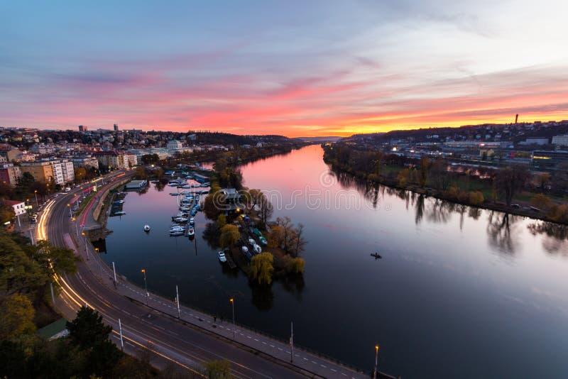 Cena de Praga da noite sobre o rio de Vltava/Moldau em Praga tomada da parte superior do castelo de Vysehrad, República Checa imagem de stock royalty free